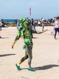 En festivaldeltagare som är hängiven till iklädda Purim en sagadräkt, visar en kapacitet i Caesarea, Israel Fotografering för Bildbyråer