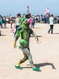 En festivaldeltagare som är hängiven till iklädda Purim en sagadräkt, visar en kapacitet i Caesarea, Israel Royaltyfri Foto