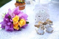 En festlig tabell dekorerade med födelsedagkakan med blommor och sötsaker Royaltyfri Bild