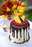 En festlig tabell dekorerade med födelsedagkakan med blommor och sötsaker Arkivfoto