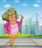 En fet flicka på gatan över de högväxta byggnaderna Arkivfoton