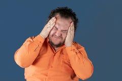 En fet man har hög blodtryck och huvudvärk Övervikt och hälsoproblem arkivfoton