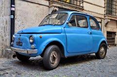 En Fiat 500 på September 20, 2013 i Rome. F Arkivbilder