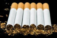 En fila cigarrillos dispuestos Fotografía de archivo libre de regalías