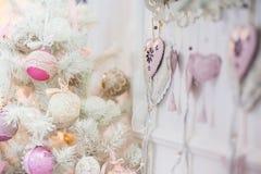 En filial av en julgran dekorerade med prydnader royaltyfri foto
