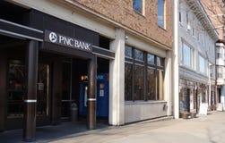 En filial av PNC-banken på den Nassau gatan i Princeton som är ny - ärmlös tröja royaltyfria foton