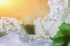 En filial av vita lila och pärl- pärlor på en ljus bakgrund närbild mjuk fokus arkivfoto