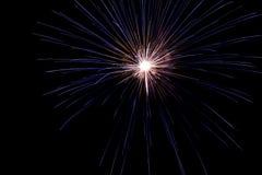 En fin bristning av fyrverkerier i nattskyen Royaltyfri Fotografi