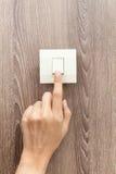 En fingerväxling vände på av, trycker på knappen Arkivbilder