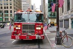 En firetruck på Fifth Avenue i New York City Arkivbild