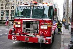 En firetruck på Fifth Avenue i New York City Arkivfoton