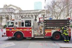 En firetruck på Fifth Avenue i New York City Arkivfoto