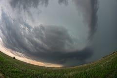 En fisheyesikt av en extremt farlig supercellstorm i nordvästliga Oklahoma royaltyfri bild