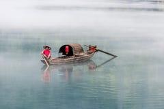 En fiskare av Misty Small Dongjiang Royaltyfri Foto
