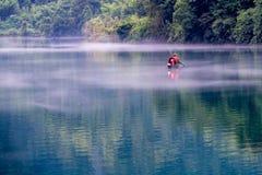 En fiskare av Misty Small Dongjiang Royaltyfria Foton