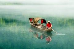 En fiskare av Misty Small Dongjiang Arkivbilder