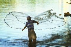 En fiskare förtjänar Arkivbild