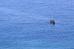 En fiskare i det blåa havet Royaltyfri Fotografi