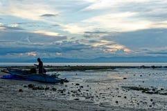 En fiskare Prepares His Boat Arkivbilder