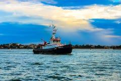 En fiskebåt går till havet royaltyfri bild