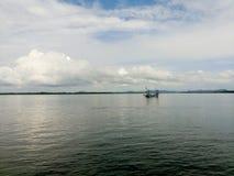 En fiskebåt i havet Royaltyfri Foto