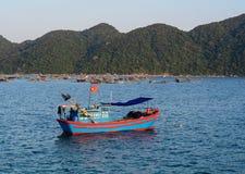 En fiskebåt på havet i Khanh Hoa, Vietnam Royaltyfria Foton