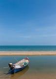 En fiskebåtpark på stranden Royaltyfri Bild