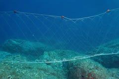 En fisknätgillnet som är undervattens- på havsbottnen Arkivbilder