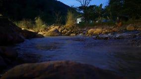 En flödande ström för natur på berget på Nan Province, Thailand stock video