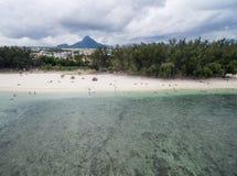 EN FLAC, MAURICIO - DECEMBR 04, 2015 DE FLIC: Paisaje y playa en Flic un Flac, Mauricio Palmera, cielo nublado y el Océano Índico Fotos de archivo libres de regalías