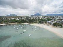 EN FLAC, MAURITIUS DI FLIC - 4 DICEMBRE 2015: Paesaggio e spiaggia in Flic un Flac, Mauritius Turisti, barche, Oceano Indiano deg Fotografia Stock
