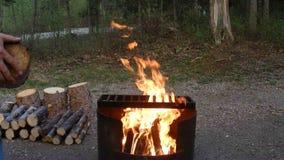 En flammande lägereld i de yukon territorierna stock video