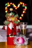 En flaska av mousserande vin och ett exponeringsglas royaltyfri foto