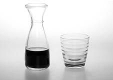 En flaska av vin med ett exponeringsglas Arkivbild