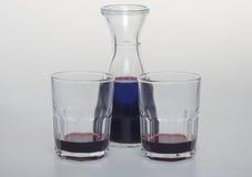 En flaska av vin med två exponeringsglas Royaltyfri Fotografi