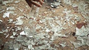 En flaska av vodka faller till golvet lager videofilmer
