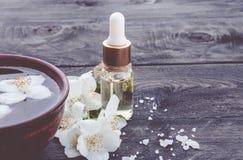 En flaska med skönhetsmedlet, aromatisk jasminolja för massage royaltyfri bild
