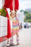 En flicka åker rullskridskor i staden arkivbilder