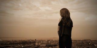 En flicka över staden av Edinburgstaden fotografering för bildbyråer