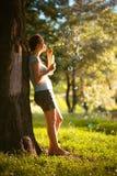 En flicka blåser bubblor Arkivbilder