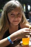 En flicka dricker en coctail Royaltyfria Bilder