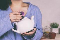 En flicka dricker te i morgonen i köket Fotografering för Bildbyråer
