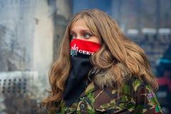En flicka från den högra sektoren under demonstrationer på EuroMaidan arkivbilder