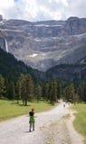 Ungdomfotvandrare på långt till cirquen av Gavarnie i Pyrenees Royaltyfri Fotografi