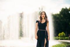 En flicka går runt om staden, nära en stor springbrunn Royaltyfria Foton