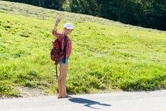 En flicka går till skolan royaltyfri bild