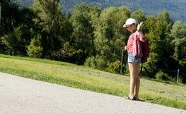 En flicka går till skolan arkivbild