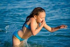 En flicka i en blå baddräkt royaltyfri fotografi