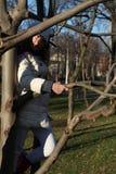 En flicka i en tree Arkivfoton
