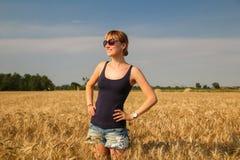 En flicka i ett vetefält arkivbilder